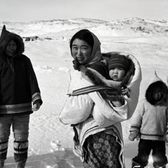 Photo N & B d'une famille inuit.